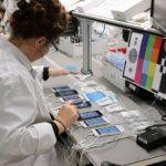 Des techniciens donnent une seconde vie aux téléphones portables usagés